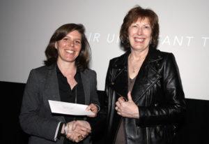 Julie Robert recevant son prix des mains de Line Pagé, responsable du Grand Montréal à Ici Radio-Canada Première. (photo: Alain Chagnon).