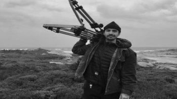 Evangelos Desborough lors du tournage de son film « Né bleu », à Peggy's Cove, en Nouvelle-Écosse, le 22 septembre 2018. (Crédit: Félix Cayer)